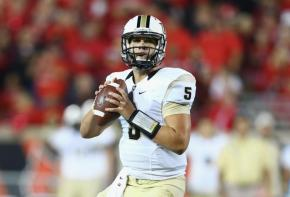 Blake Bortles looking for an open receiver (Photo credit: http://www.nydailynews.com/sports/college/ucf-rallies-upset-8-louisville-38-35-article-1.1490281 )